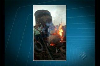 Moradores de Marabá bloqueiam estrada de ferro Carajás, no sudeste do Pará - Um trem que passava pela ferrovia na hora do protesto teve a parte dianteira da locomotiva queimada.