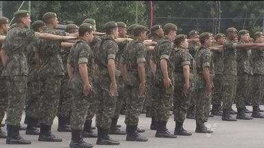 Dia do Soldado é comemorado na Fortaleza de Itaipu, em Praia Grande, SP - Famílias de novos soldados estiveram presentes durante a celebração.