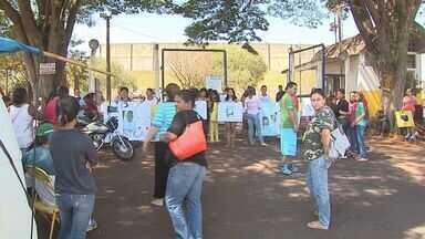 Familiares de adolescente morto na Fundação Casa protestam em Ribeirão Preto, SP - Parentes do jovem de 16 anos seguravam cartazes com pedidos de paz.