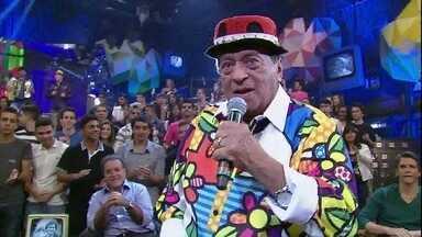 Genival Lacerda se apresenta no Altas Horas - Cantor interpreta o grande sucesso 'Severina Xique Xique'