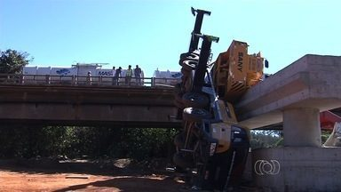 Tráfego na GO-020 é totalmente liberado após retirada de guindastes - O tráfego na GO-020, entre Goiânia e Bela Vista de Goiás, foi liberado nos dois sentidos da rodovia por volta das 12 horas de domingo (24), após a retirada dos dois guindastes envolvidos no acidente que matou um operário, na construção da ponte sobre o Rio Meia Ponte.