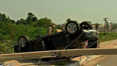 Suspeitos de assalto capotam carro em Várzea Grande (MT) - Dois homens suspeitos de cometerem assaltos capotaram um carro em Várzea Grande.