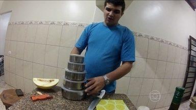Bruno prepara refeições para se alimentar ao longo do dia - Bruno prepara as próprias refeições para se alimentar ao longo do dia. Ele caprichou nas frutas e legumes. E até fez uma quentinha com pepinos, para petiscar durante o dia.