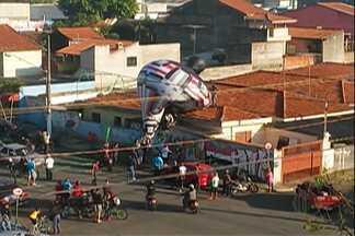 Morador de Suzano registra queda de balão - Baloeiros subiram no telhado de uma casa para resgatar o balão. Curiosos ficaram assustados com a situação pelo local ser um bairro residencial.