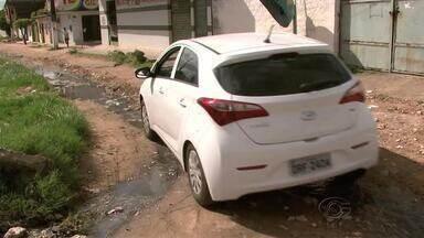 Buracos impedem carros e pessoas de de transitarem no Conjunto Cleto Marques Luz - Segundo moradores da região, o problema ocorre há mais de dez anos.