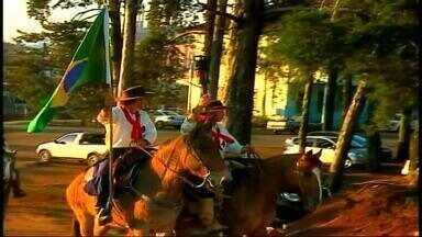 Getúlio Vargas, RS recebe chegada da Chama Crioula - Grupo de 300 tradicionalistas percorreram mais de 300 km pra chegar a cidade.