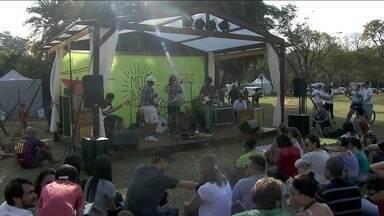 Muitas pessoas aproveitam o sábado (23) para curtir a natureza no Parque do Ibirapuera - O dia de sol estava ideal para passear com a família e dar os parabéns ao parque que completou 60 anos.