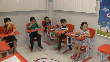 Crianças aprendem desde cedo uma segunda língua estrangeira - O ensino é feito de forma lúdica.