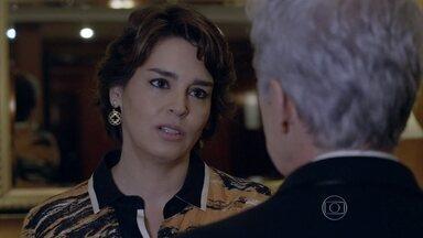 Beatriz prefere não aconselhar Cláudio sobre Leonardo - O ator não para de mandar mensagens para o cerimonialista