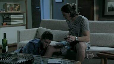 Robertão procura pelas provas contra Cláudio na casa de Leonardo - Leonardo desmaia após beber com Robertão