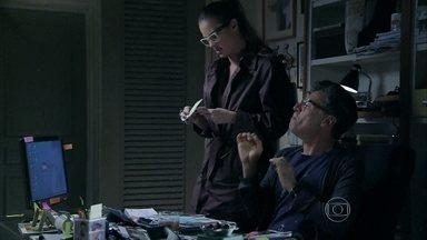 Érika diz saber como Téo conseguiu as provas - A repórter fala que encontrou com Robertão no corredor. Robertão conta o dinheiro que ganhou. Magnólia vê e conta para o marido
