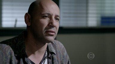 Brigel vai à delegacia prestar depoimento - O 'caminhoneiro' inocenta José Pedro da acusação de atropelamento. Maria Marta recebe a notícia por telefone