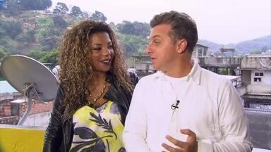 Luciano Huck vai em Duque de Caxias visitar a casa de MC Ludmilla - Apresentador foi recebido com um grande churrasco na laje