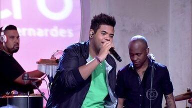 Filho de Péricles solta a voz em homenagem ao pai - Lucas se apresenta no palco do Encontro
