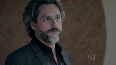 Zé Alfredo tira Cristina do sério ao tratá-la mal - Maria Marta intervém a favor da menina e diz que ela é a sua convidada
