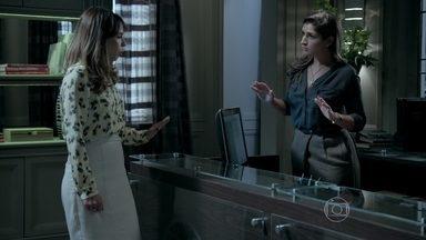 Marisa descobre o motivo da reunião e conta para Danielle - A esposa de José Pedro fica nervosa ao saber do desfalque na empresa
