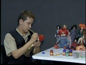 Dinho Lopes customiza bonecos inspirados em celebridades - Profissional alia maquiagem artística e cinema.