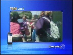 Aluno registra flagrante de violência entre estudantes em Coroados - Um flagrante de violência na porta de uma escola estadual de Coroados (SP) foi registrado por um aluno nesta semana na região noroeste paulista. Duas adolescentes começaram a discutir e acabaram brigando na saída da aula.