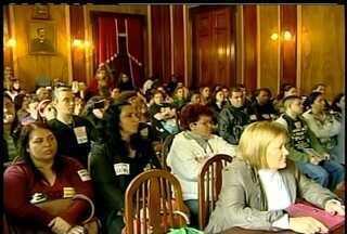 Profissionais da Educação de Petrópolis, RJ, entram em greve - Cerca de 500 pessoas participaram da assembleia nesta quinta-feira.Sindicato vai solicitar uma nova reunião com a Prefeitura.