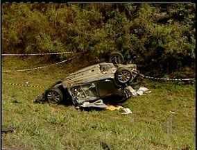 Uma pessoa morre em acidente no Km 165 da BR-101, em Macaé, no RJ - Trânsito está desviado em dois pontos da rodovia, nos Kms 144 e 170.Motorista do veículo de passeio morreu no local.