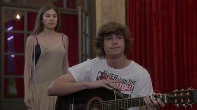 Malhação - capítulo de sexta-feira, dia 05/09/2014, na íntegra - Bianca aceita pagar o CD demo de Pedro se ele namorar Karina