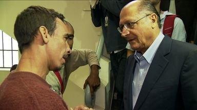 Geraldo Alckmin visita centro de tratamento para dependentes químicos - O candidato do PSDB conversou com pacientes e funcionários. Na saída, ouviu reclamações de moradores.