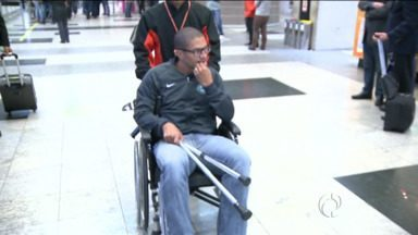 Alex chega a Curitiba em cadeira de rodas - Ele desembarcou hoje à tarde no Aeroporto Afonso Pena.