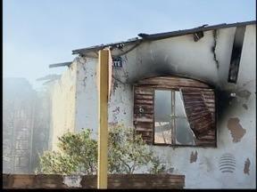 Incêndio atinge casa abandonada e destrói dois cômodos no Parque Jabaquara - Incidente aconteceu por volta das 15h30, em Presidente Prudente.
