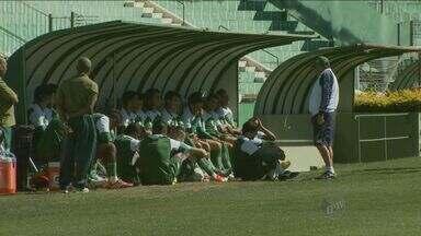 Jogadores do Guarani fazem ultimo treinamento antes do enfrentar Guaratinguetá - Com o pagamento de parte dos salários atrasos, o assunto no Guarani voltou a ser dentro de campo. O ambiente do clube melhorou e o elenco treinou para enfrentar o Guaratinguetá.