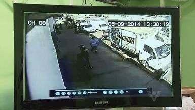 Borracharia é assaltada em apenas 20 segundos - Os bandidos estão cada vez mais rápidos. Nesta sexta-feira (5), o assalto em uma borracharia levou exatamente 20 segundos. Toda a ação foi gravada pelas câmeras de monitoramento do comércio.