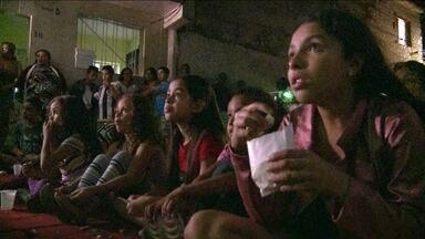 Moradores recebem evento com cinema gratuito na comunidade Portelinha, em Campo Limpo - Neste sábado (6) tem cinema de graça no Campo Limpo, na Zona Sul de São Paulo. É um evento esperado pelos moradores da comunidade Portelinha, principalmente a criançada, que faz a festa. É sempre no primeiro sábado do mês.