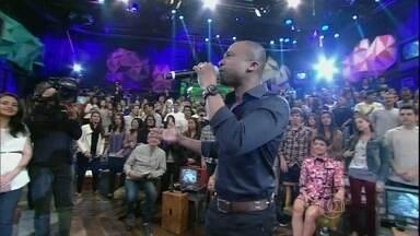 Alexandre Pires se apresenta no programa Altas Horas - Cantor interpreta a música 'Essa tal liberdade'