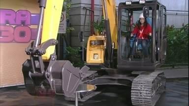 Mulheres operam escavadeiras no 'Se Vira nos 30' - Dupla serve copo de cerveja e, sem quebrar, coloca ovo dentro de bacia
