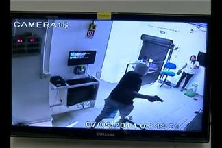 Três bandidos invadiram um supermercado e fizeram funcionários como reféns - A ação foi registrada por câmeras de circuito interno do estabelecimento.