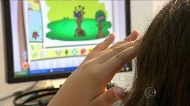 Redes de pedófilos buscam vítimas nos jogos online na internet - Polícia faz alerta aos pais de crianças que não saem da frente dos computadores, tablets e celulares. Pedófilos estariam buscando vítimas que se inscrevem em jogos. Pesquisas mostram que uma de cada dez crianças começa a navegar antes dos 6 anos.