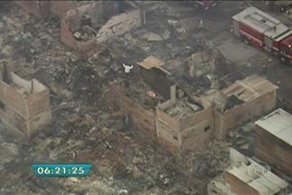 Incêndio destrói favela na Zona Sul da capital - O incêndio destruiu quase completamente a Favela do Piolho, no Campo Pelo. O fogo começou por volta das 21h. Alguns barracos eram de madeira e propiciaram a proliferação das chamas. Ainda não se sabe a causa do incêndio.