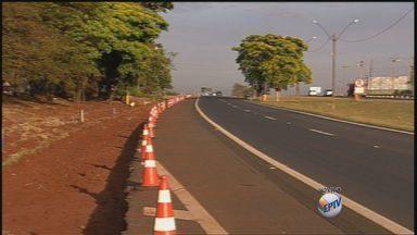 Rodovia Atílio Balbo tem interdição perto de pedágio de Sertãozinho, SP - Faixas da direita dos dois lados da pista estão bloqueadas para obras de recapeamento do asfalto.