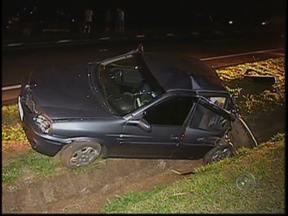 Acidente envolve quatro veículos e deixa 5 pessoas em estado grave - Um acidente envolvendo quatro carros foi registrado na noite de sábado (6), no trecho da rodovia Marechal Rondon entre Bauru e Agudos (SP). De acordo com a polícia, o motorista de uma caminhonete atingiu a traseira de um carro com cinco pessoas. Outros dois veículos também ficaram danificados.