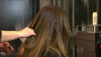 Cauterização dá nutrientes aos cabelos - A hidratação devolve a água que os cabelos perderam. Os cremes também podem ter nutrientes e outros ativos como antioxidantes que ajudam a manter a coloração. Já a cauterização dá nutrientes.
