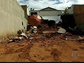 Piscina de quase 30 mil litros se rompe e causa queda de muro em MG - Defesa Civil de Uberaba foi acionada para averiguar situação do local. Segundo Corpo de Bombeiros, houve somente danos materiais.