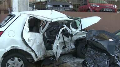 Acidente deixa uma pessoa gravemente ferida no Rebouças em Curitiba - Segundo testemunhas, um dos carros furou o sinal e atingiu o outro.