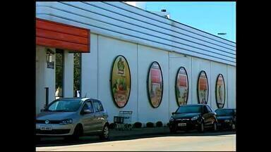 Justiça aceita ação coletiva contra supermercado após irregularidades - Denúncia aponta venda de produtos vencidos e em má conservação.