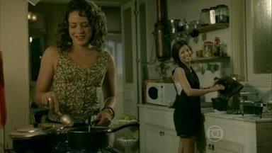 Clara e Cristina ficam amigas - Cora percebe a sintonia e faz comentário cheio de segundas intenções. Xana desconfia da visita de Maria Clara a Cristina