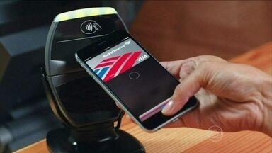 Tecnologia permite que o celular seja usado como cartão de crédito - O lançamento do novo celular da gigante americana marcou de vez a entrada da empresa na tecnologia dos pagamentos virtuais, do celular substituindo a carteira e o cartão de crédito. A tecnologia já está operando em rivais como a Samsung e a Motorola.