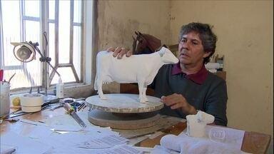 Escultor recria elementos do campo com cera - O artista plástico Félix Valois recria de maneira fiel os elementos do campo. As esculturas de animais são a especialidade do artista.