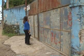 Moradores de Valéria reclamam de fábrica de tintas que exala cheiro forte - Moradores alegam que estão ficando doentes por conta do cheiro. Veja o que uma advogada comenta sobre o assunto.