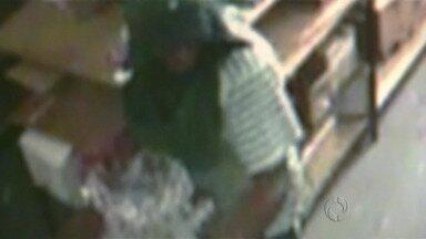 Ladrão furta lustre que pesa 25 quilos - Câmeras da loja filmaram tudo