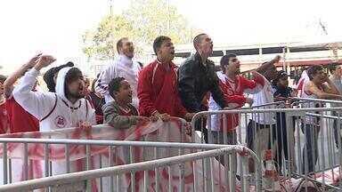Torcedores do Internacional protestam durante treino no Beira-Rio - Cerca de 100 pessoas foram ao CT.