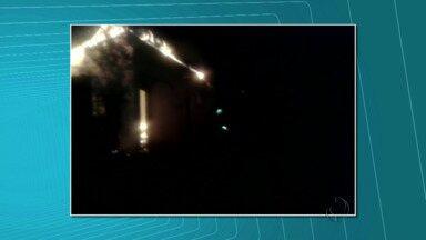 Incêndio destrói casa no bairro Cidade Nova, em Foz - No momento do incêndio não havia ninguém em casa.