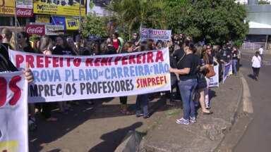 Professores municipais fazem protesto na Ponte da Amizade - Eles pedem a implantação imediata do plano de cargos e salários.
